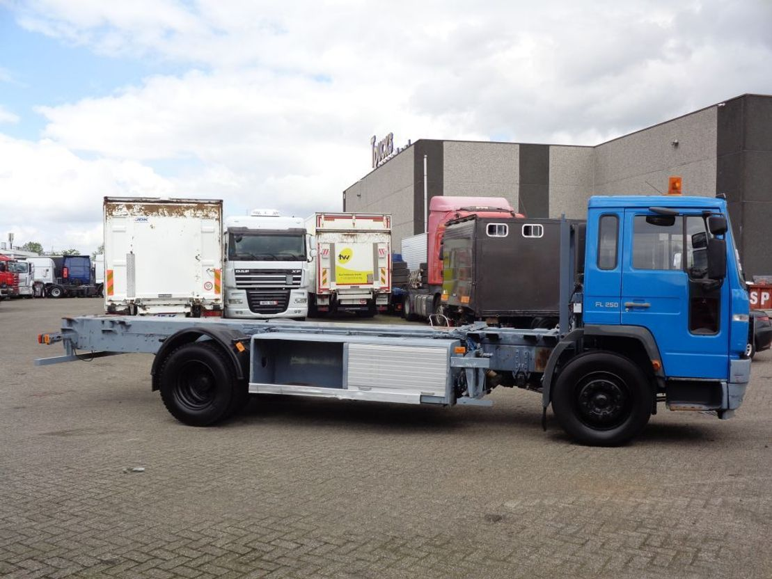 chassis cabine vrachtwagen Volvo 250 + Manual 2003
