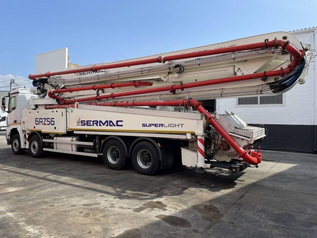 betonpomp vrachtwagen Mercedes-Benz Arocs 4451 Bomba de hormigón Sermac 6 RZ 56 2015