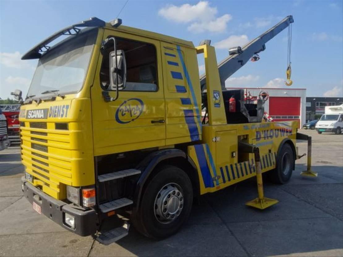 takelwagen-bergingswagen-vrachtwagen Scania 112M MET KRAAN EN LIER 1985